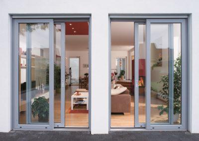 Objektbild graue Hebeschiebetür für Balkon oder Terrasse von außen