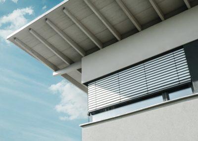 Detailaufnahme-Raffstoren-Eckfenster