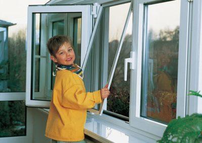Insektenschutz-Fenster-Kind