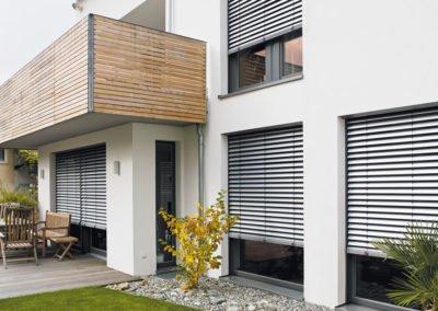 Raffstoren-MODULO-Objekbild-Haus-Tueren--Terrasse-Balkon