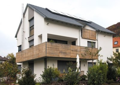 Raffstoren-MODULO-Objekbild-Haus-Tueren_Balkon