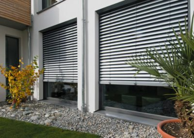 Raffstoren-MODULO-Objekbild-Haus-aussen-Tueren-und-Fenster
